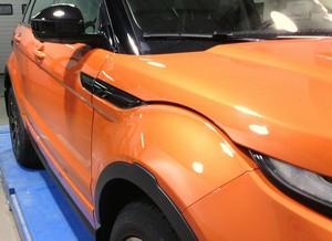 блестящий автомобиль с покрытием из нанокерамики
